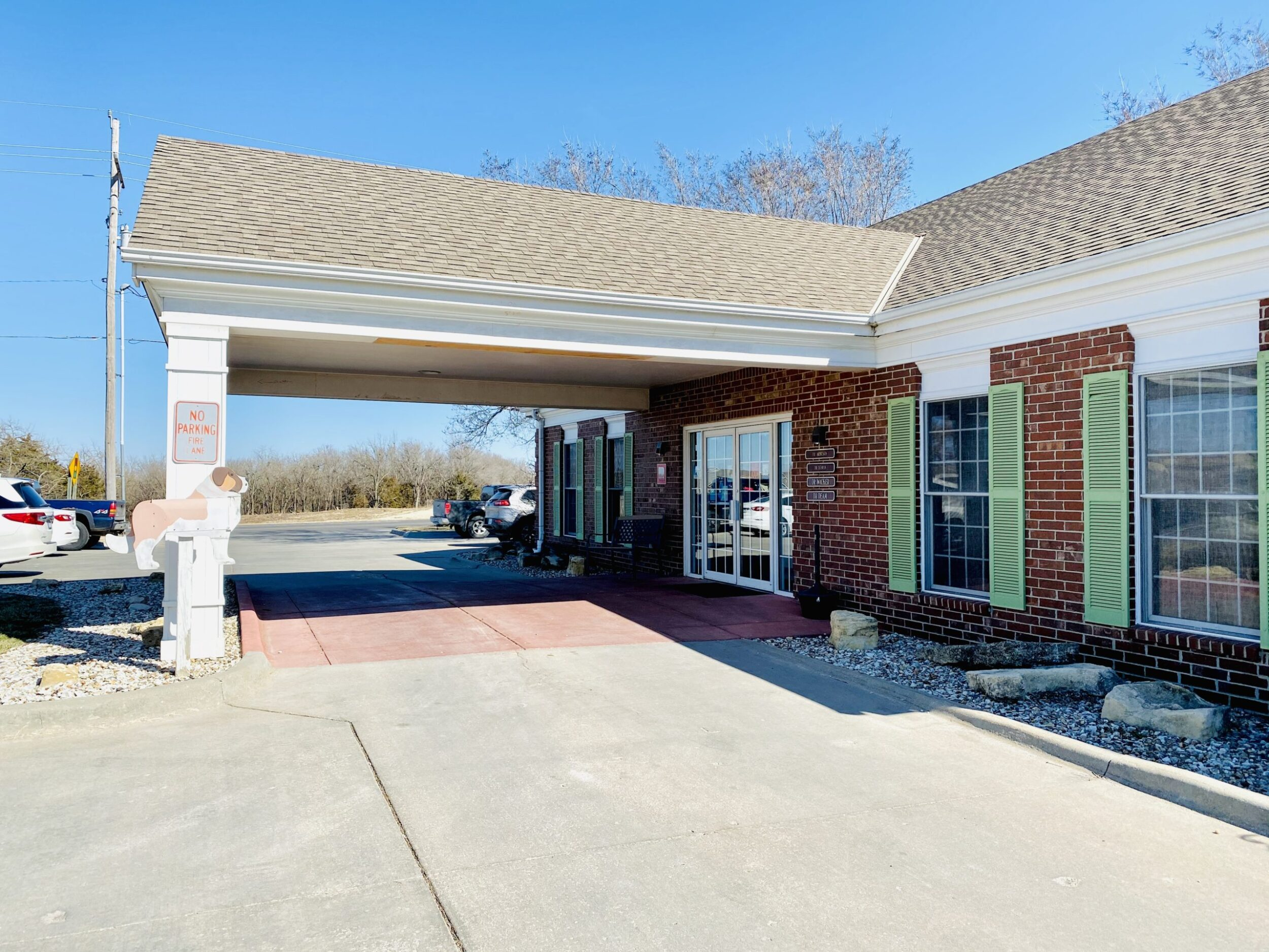 Our main entrance lies under the car shelter directly in the center of our building. The double doors are our main entrance.